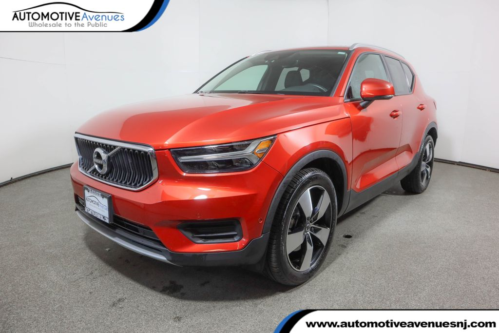 Pre-Owned 2019 Volvo XC40 T5 AWD Momentum w/ Vision Pkg & Panoramic Moonroof