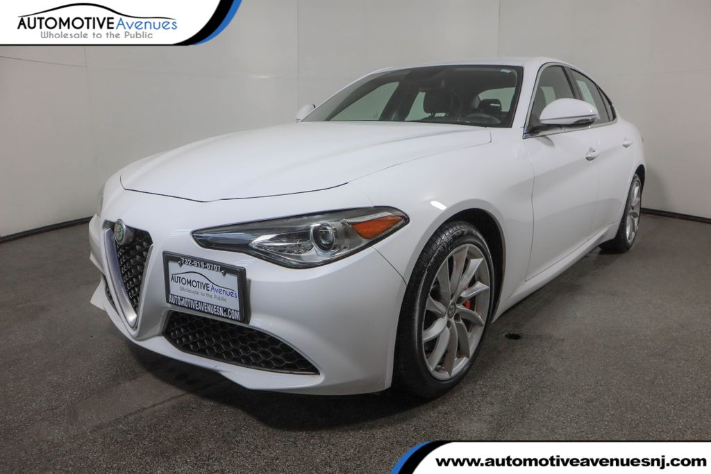 Pre-Owned 2018 Alfa Romeo Giulia AWD w/ Cold Weather Package & Navigation