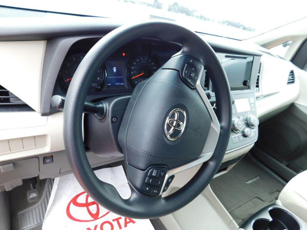 2017 Toyota Sienna LE AWD 7-Passenger - 17185836 - 13