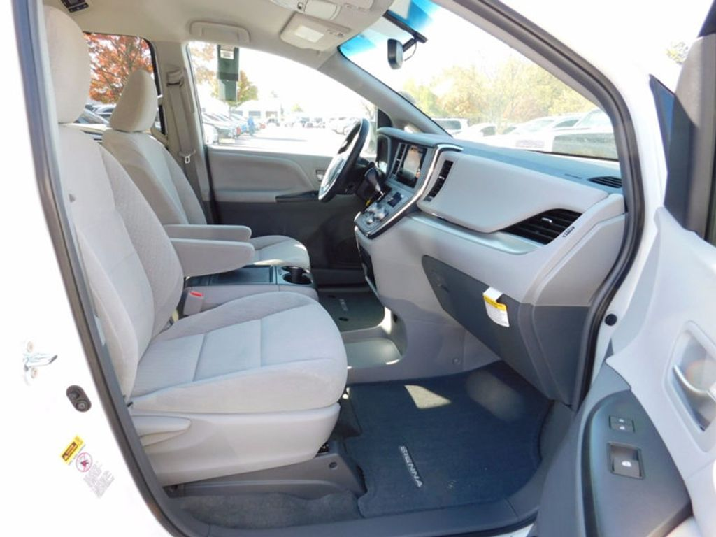 2017 Toyota Sienna LE FWD 8-Passenger - 16969474 - 9