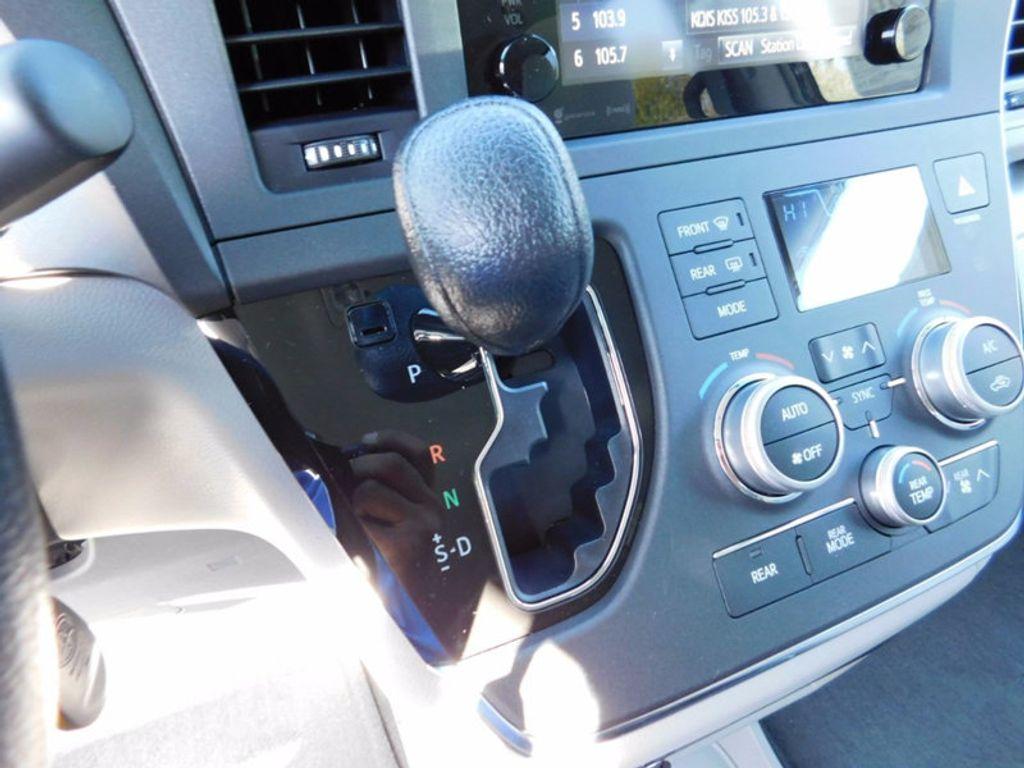 2017 Toyota Sienna LE FWD 8-Passenger - 16969474 - 18