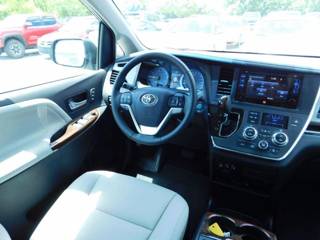2017 Toyota Sienna Limited Premium FWD 7-Passenger - 16496559 - 14