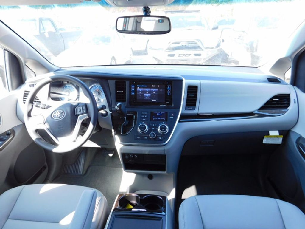 2017 Toyota Sienna XLE FWD 8-Passenger - 16983420 - 11