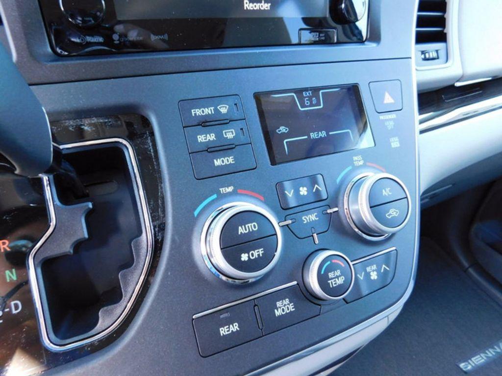 2017 Toyota Sienna XLE FWD 8-Passenger - 16983420 - 18