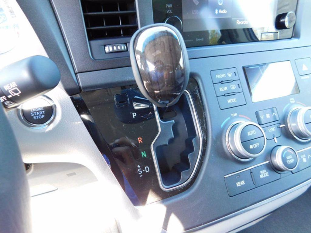 2017 Toyota Sienna XLE FWD 8-Passenger - 16983420 - 19