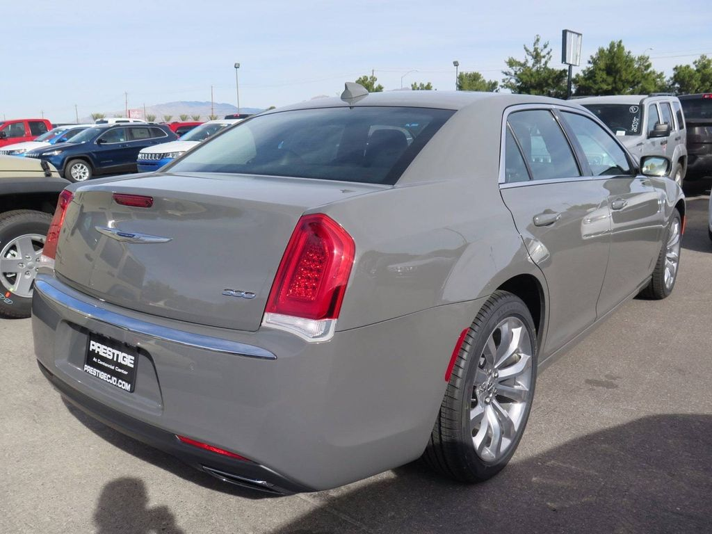2018 Chrysler 300 Touring - 16977930 - 3