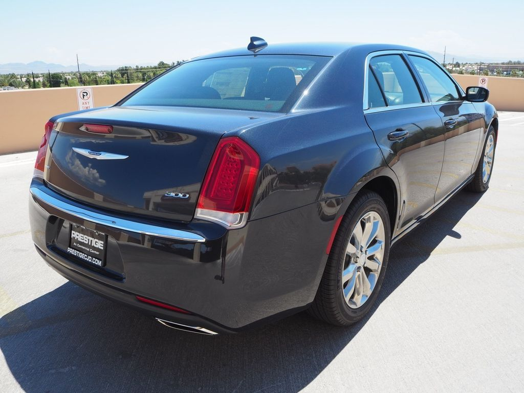 2018 Chrysler 300 Touring AWD - 17790983 - 3