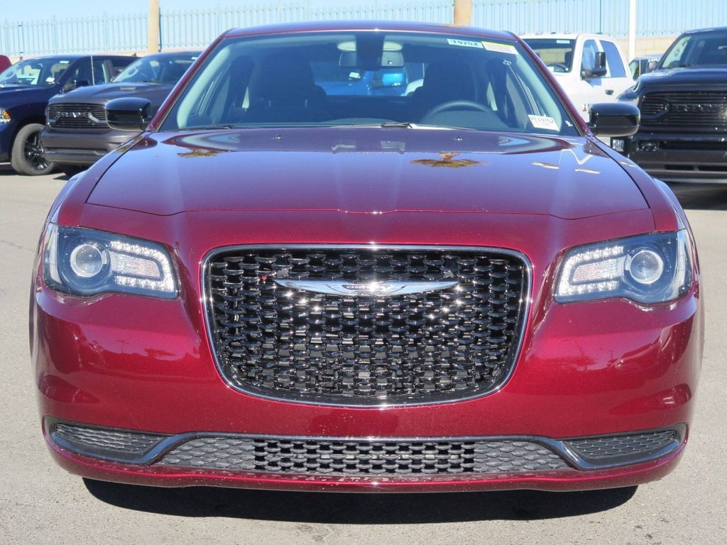 2018 Chrysler 300 Touring RWD - 17017627 - 1