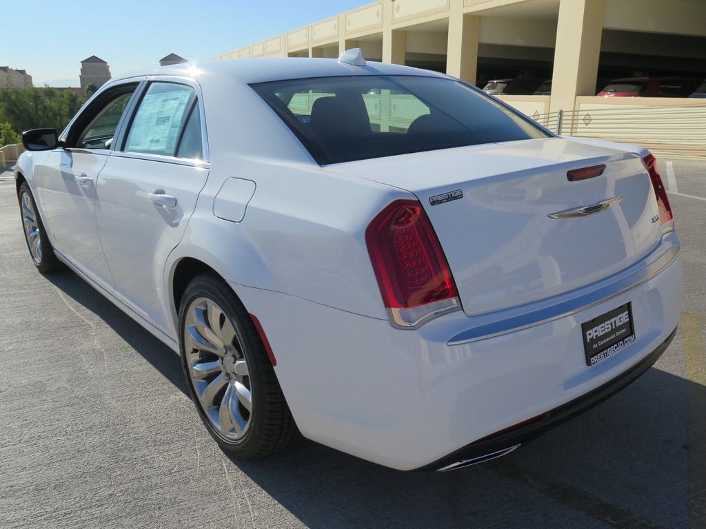 2018 Chrysler 300 Touring RWD - 17033961 - 3