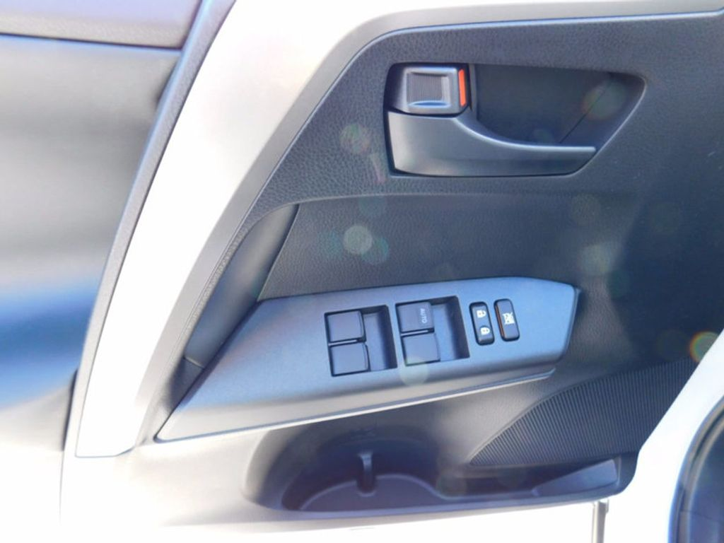 2018 Toyota RAV4 Hybrid LE AWD - 17109485 - 14