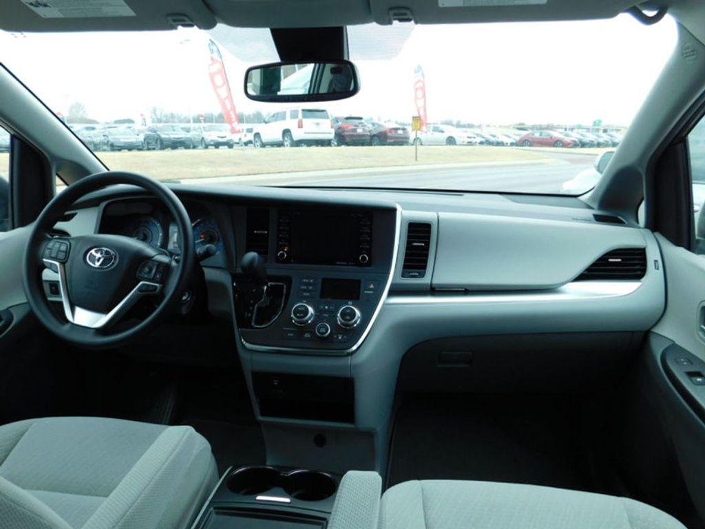 2018 Toyota Sienna LE FWD 8-Passenger - 17123094 - 11