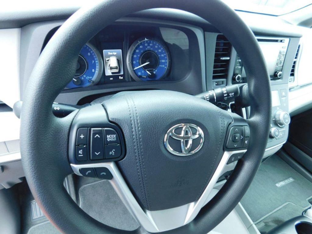 2018 Toyota Sienna LE FWD 8-Passenger - 17123094 - 15