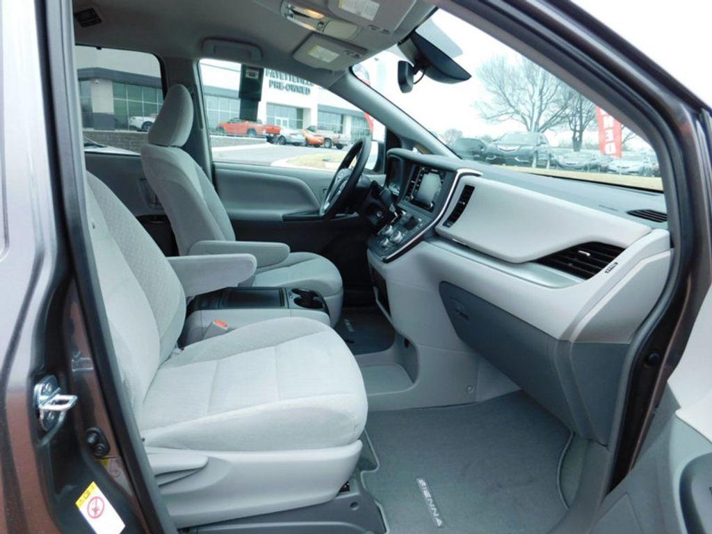 2018 Toyota Sienna LE FWD 8-Passenger - 17123094 - 8
