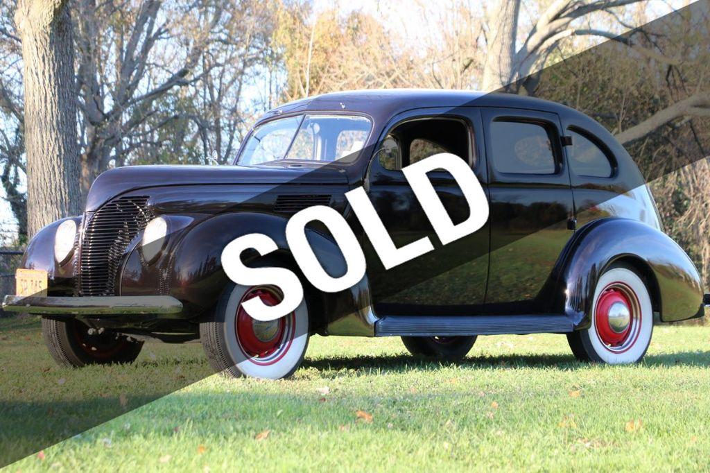 1939 Ford Deluxe Sedan - 17043978 - 0