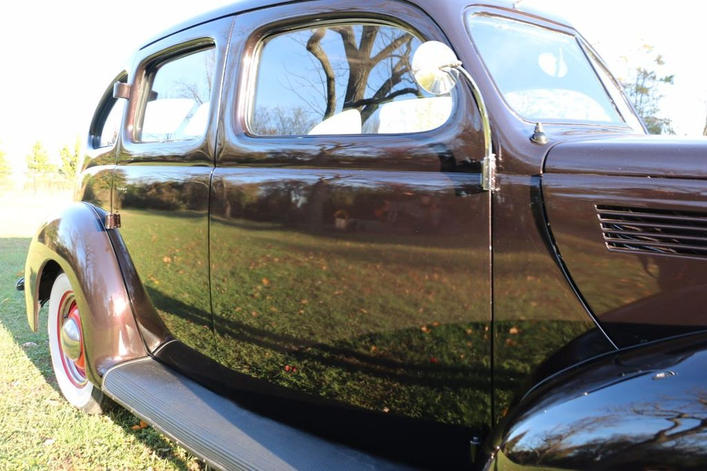 1939 Ford Deluxe Sedan - 17043978 - 15