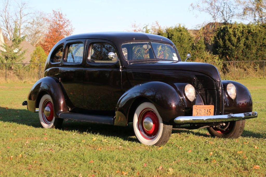 1939 Ford Deluxe Sedan - 17043978 - 1