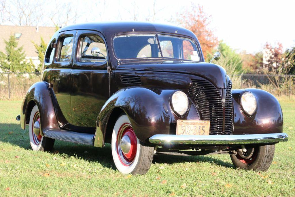 1939 Ford Deluxe Sedan - 17043978 - 2
