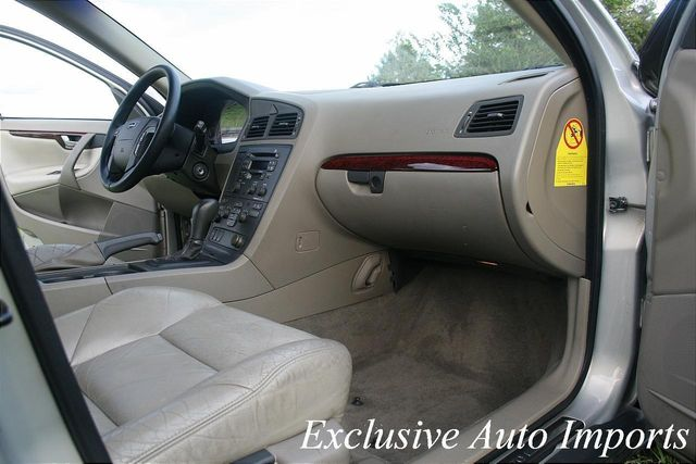 2001 Volvo V70 T5 A SR 5dr Wgn w/Sunroof - Click to see full-size photo viewer
