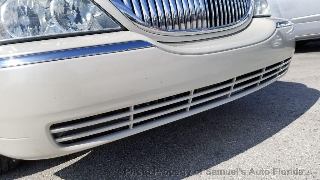 2004 Lincoln Town Car 4dr Sedan Ultimate - 19526948 - 24