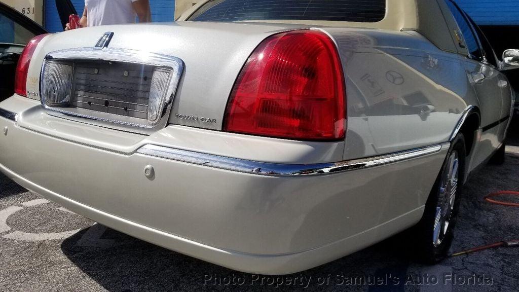 2004 Lincoln Town Car 4dr Sedan Ultimate - 19526948 - 29