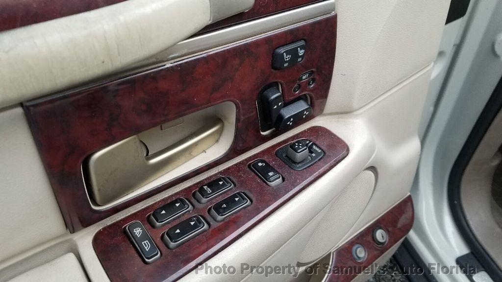 2004 Lincoln Town Car 4dr Sedan Ultimate - 19526948 - 50
