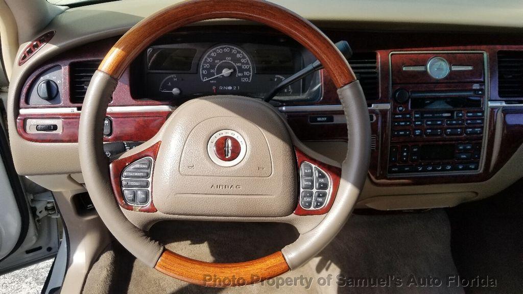 2004 Lincoln Town Car 4dr Sedan Ultimate - 19526948 - 54