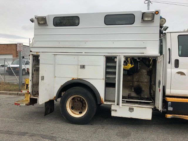 2005 GMC C7500 CREW CAB 4 DOOR ENCLOSED UTILITY SERVICE VAN AIR UNDER MOUNT DECK AIR COMPRESSOR - 18326758 - 4