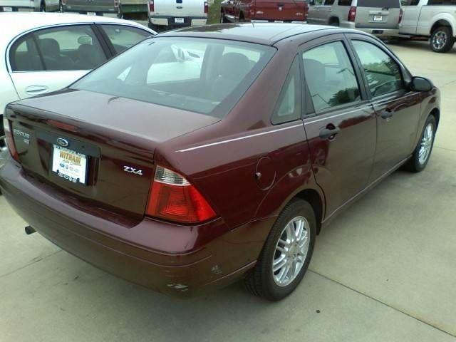 2006 ford focus sedan tire size