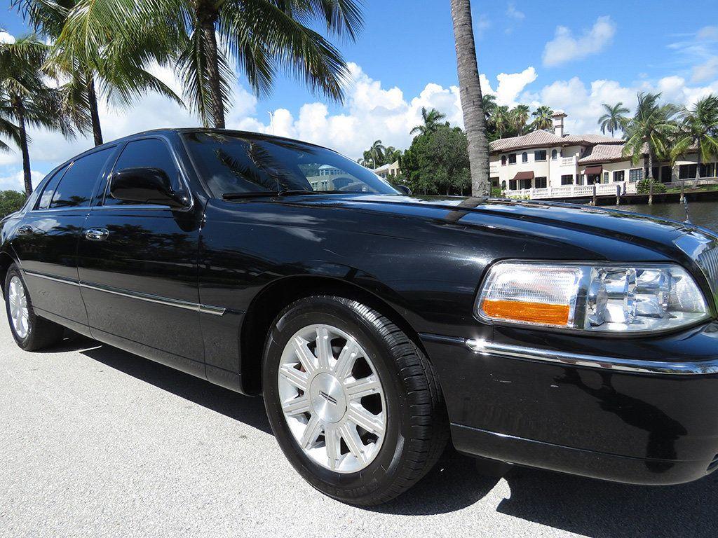 2011 Lincoln Town Car 4dr Sedan Signature L - 16707280 - 22