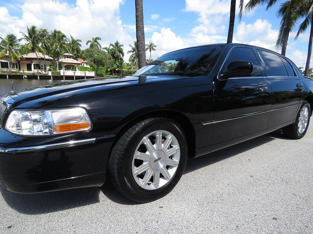 2011 Lincoln Town Car 4dr Sedan Signature L - 16707280 - 23