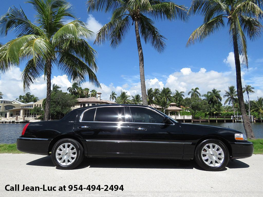 2011 Lincoln Town Car 4dr Sedan Signature L - 16707280 - 2
