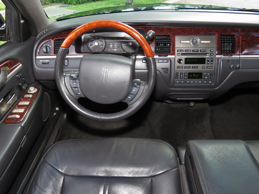 2011 Lincoln Town Car 4dr Sedan Signature L - 16707280 - 35