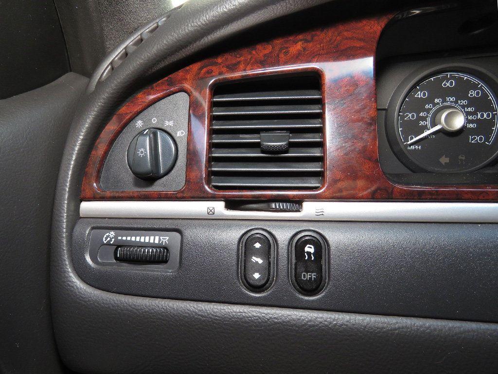 2011 Lincoln Town Car 4dr Sedan Signature L - 16707280 - 36