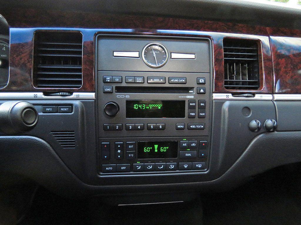 2011 Lincoln Town Car 4dr Sedan Signature L - 16707280 - 37