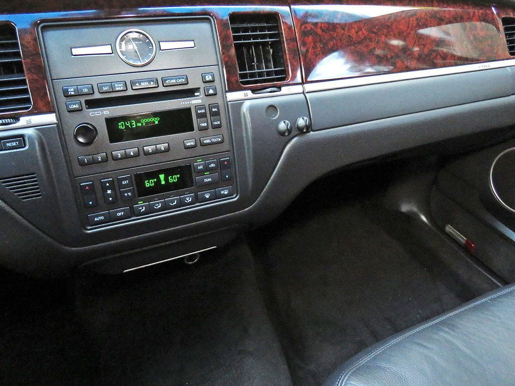 2011 Lincoln Town Car 4dr Sedan Signature L - 16707280 - 8