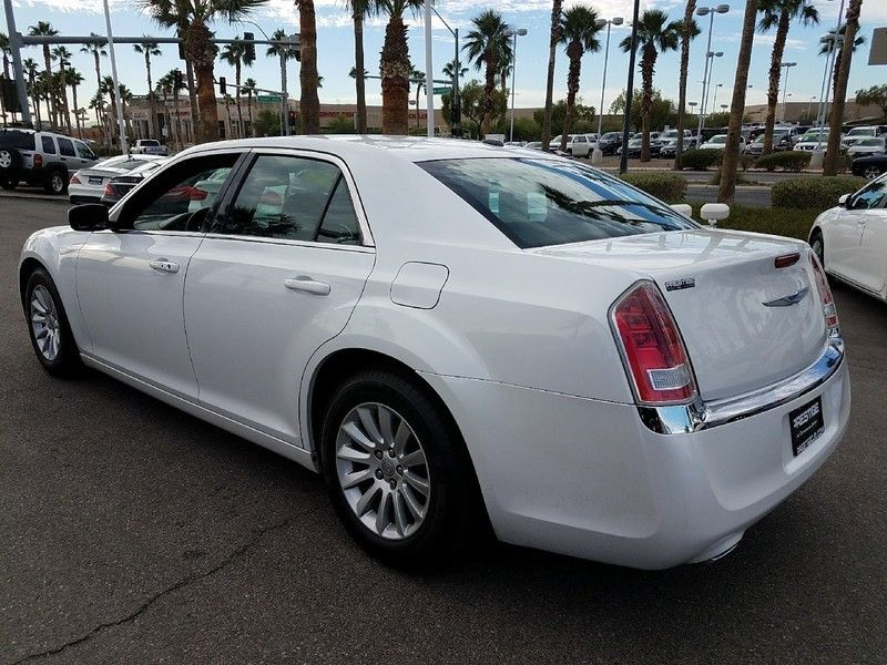 2012 Chrysler 300 4dr Sedan V6 RWD - 16988083 - 6