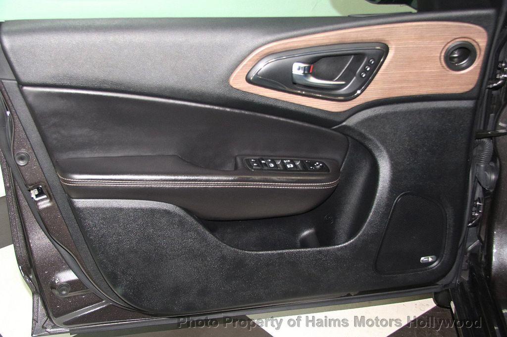2015 Chrysler 200 4dr Sedan C AWD - 17324855 - 10