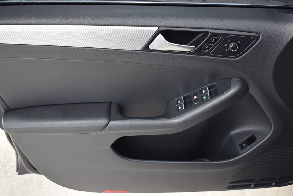 2015 Volkswagen Jetta Sedan SE - 18359535 - 13