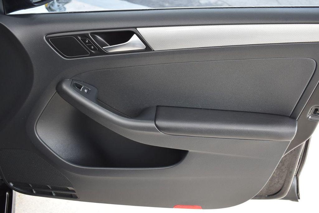 2015 Volkswagen Jetta Sedan SE - 18359535 - 24