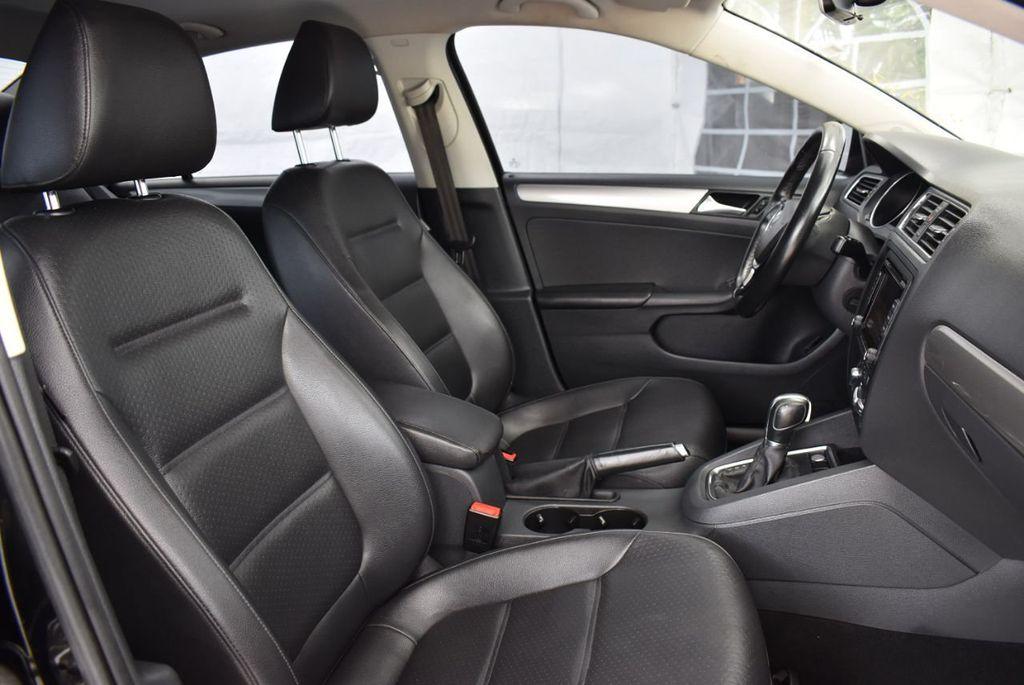2015 Volkswagen Jetta Sedan SE - 18359535 - 25