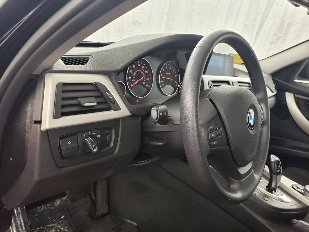 2016 BMW 3 Series 320i xDrive - 18253643 - 16