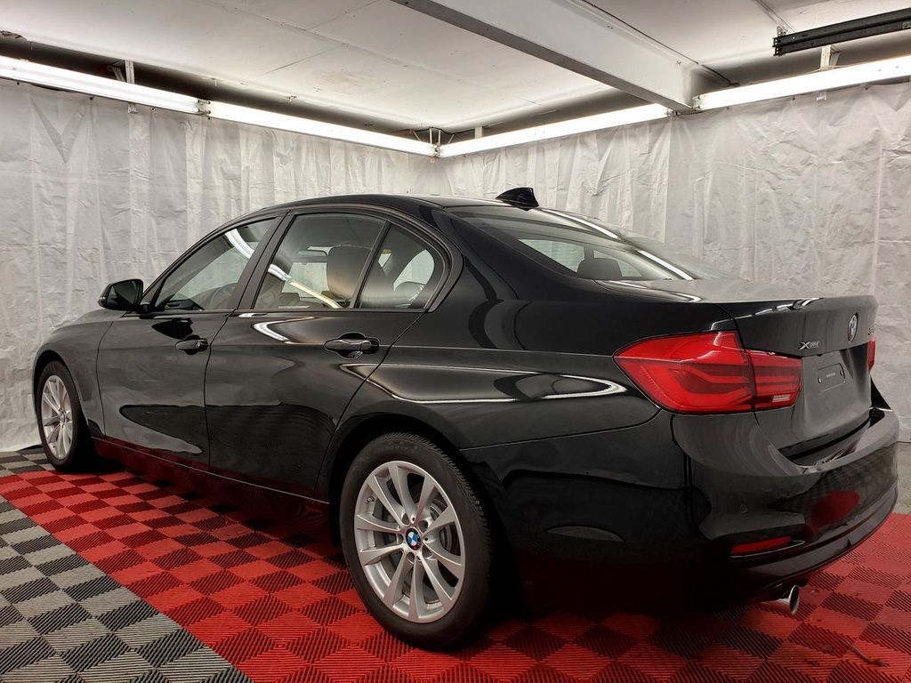 2016 BMW 3 Series 320i xDrive - 18253643 - 3
