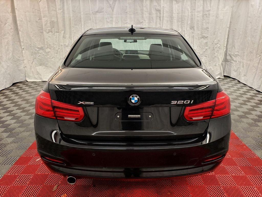 2016 BMW 3 Series 320i xDrive - 18253643 - 4