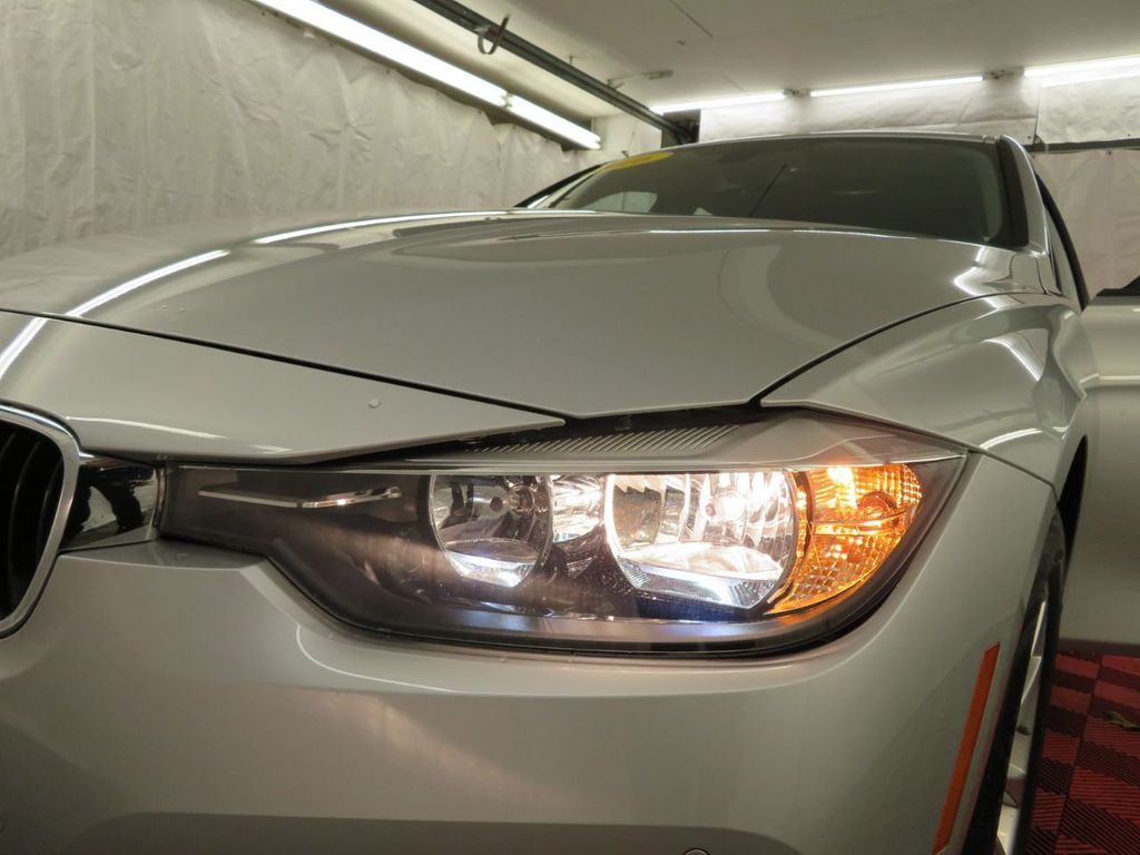 2016 BMW 3 Series 320i xDrive - 18477876 - 30