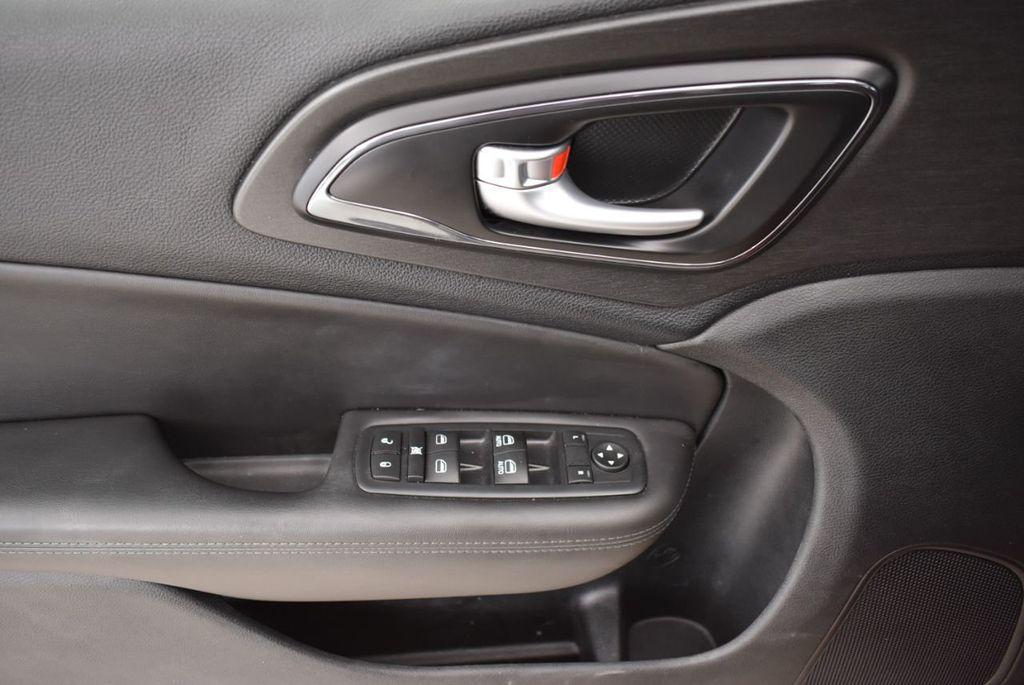 2016 Chrysler 200 4dr Sedan S FWD - 18637836 - 13