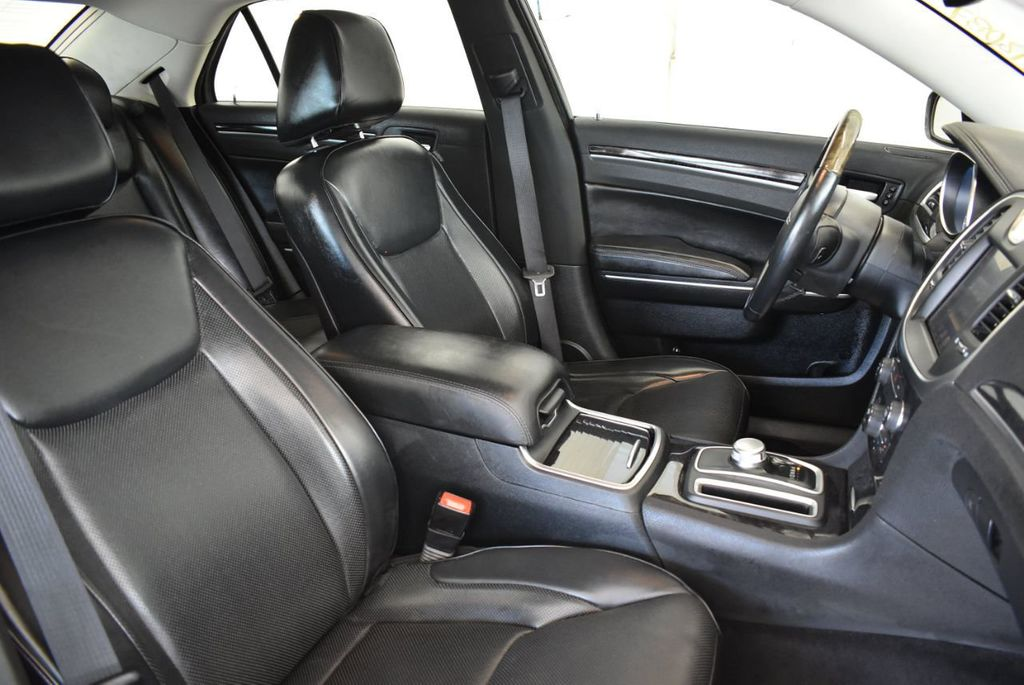 2016 Chrysler 300 4dr Sedan 300C RWD - 17958531 - 25