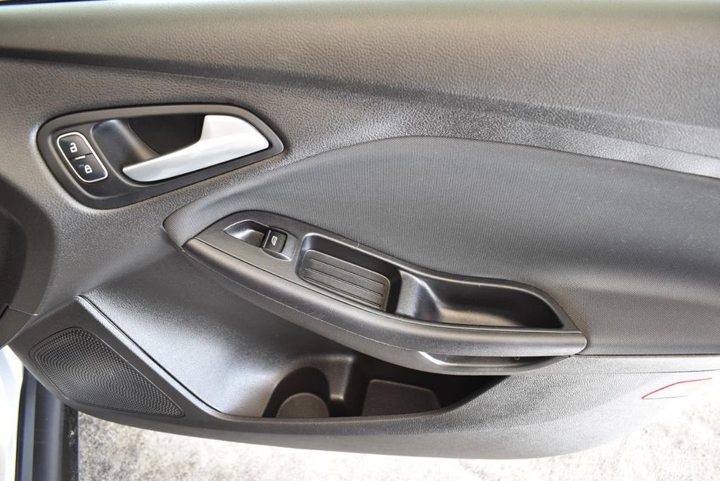 2016 Ford Focus 4dr Sedan SE - 16885733 - 25
