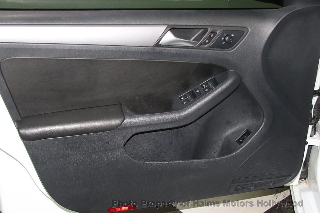 2016 Volkswagen Jetta Sedan 1.8T Sport PZEV 4dr Manual - 17271625 - 10