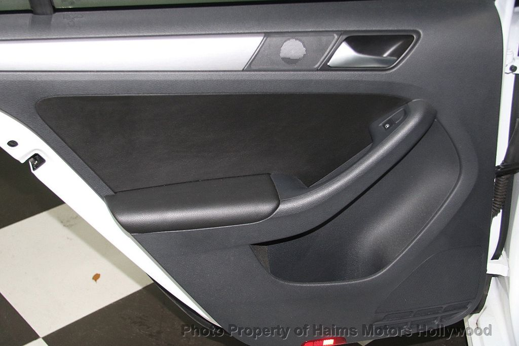 2016 Volkswagen Jetta Sedan 1.8T Sport PZEV 4dr Manual - 17271625 - 11