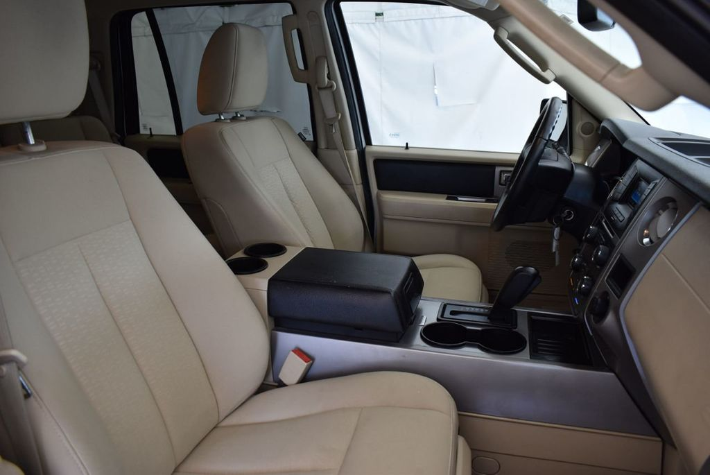 2017 Ford Expedition XLT 4x2 - 18037975 - 23